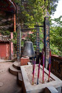 Gesäumt von kleinen Tempeln