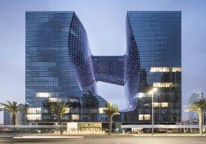 """2007 stellte Zaha Hadid ihre Pläne für das futuristische, 93 Meter hohe """"Opus"""" in Dubai vor. """"Das Design drückt eine skulpturale Sensibilität aus, die die Balance zwischen fest und leer, undurchsichtig und transparent, innen und außen neu erfindet"""", sagt Mahdi Amjad, CEO von Omniyat, der Entwicklungsgesellschaft hinter dem Opus. Nun erhielt das in diesem Jahr fertiggestellte Gebäude den 2020 Legend Award des Departures Magazine, womit es zu den """"World's most stunning new buildings"""" zählt. (Courtesy Zaha Hadid Architects, Photos ©LaurianGhinitoiu)"""