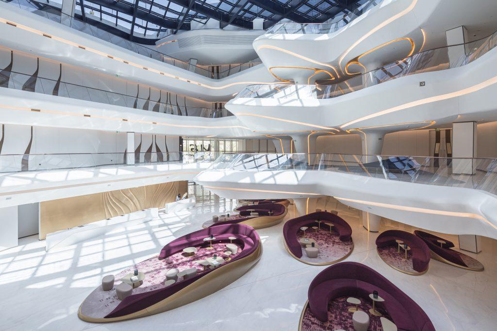 """Die erste weibliche Pritzker-Preisträgerin Zaha Hadid entwarf auch das im """"Opus"""" untergebrachte """"ME by Meliá Dubai"""" mit 93 Zimmern und 15 Restaurants (Courtesy Zaha Hadid Architects, Photos ©LaurianGhinitoiu)"""