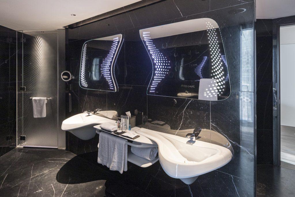 Das ME Dubai by Meliá ist das einzige Hotelprojekt weltweit, für das die 2016 verstorbene Zaha Hadid alle Möbel selbst gestaltete respektive auswählte (Courtesy Zaha Hadid Architects, Photos ©LaurianGhinitoiu)