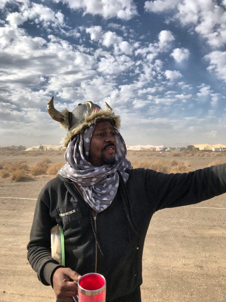 Afrika Burn_Kenny, the Zulu Wiking Warrior und weltbester Reifenwechsler der Welt