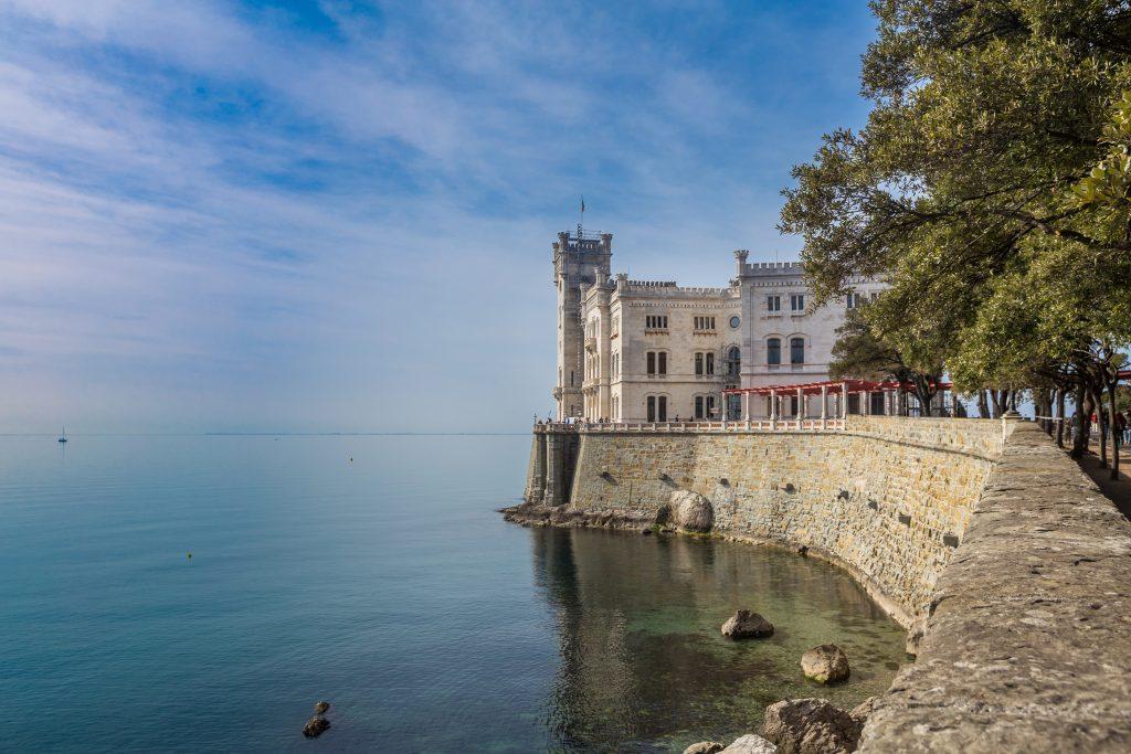 Schloss Miramare in der Bucht von Grignano an der Adria etwa fünf Kilometer nordwestlich von Triest