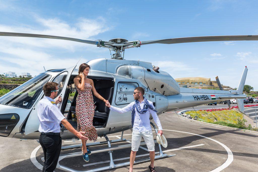 Auf Wunsch holt der Andronis Helikopter die Gäste in Athen ab und bringt sie direkt nach Santorini
