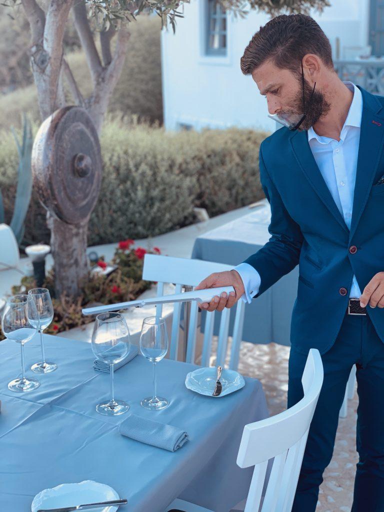 Lycabettus Restaurant Manager Anastasios Dimitriadis desinfiziert die Tische